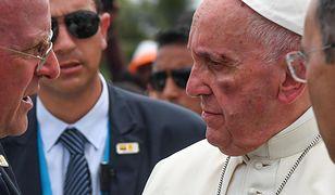 Na zdjęciach widać siniak i małą ranę na twarzy papieża.