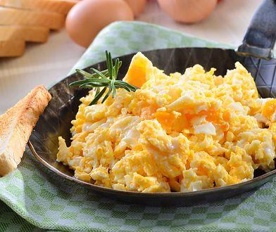Dodaj do jajecznicy zamiast szczypiorku. Z tym składnikiem wyjdzie jeszcze lepsza