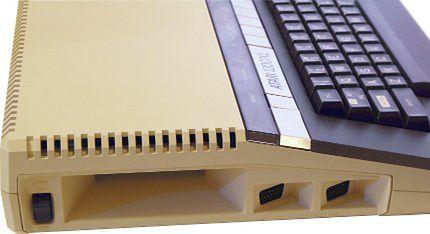 Porty kontrolerów umieszczono pod kątem, co ułatwiało do nich dostęp.
