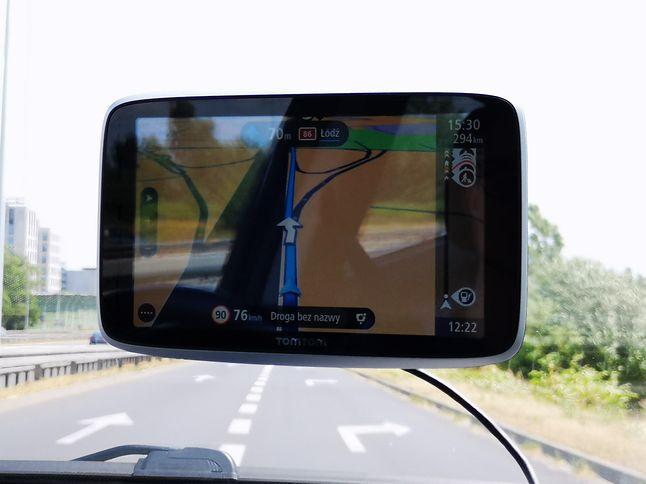 Błyszczący ekran sprawia, że łatwo o odblaski, ale tylko z punktu widzenia pasażera. Kierowca w znakomitej większości sytuacji widzi mapę bez problemu.