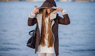 Tunika to najlepszy wybór do modnego płaszcza z futerkiem