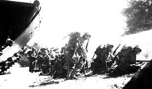 Pierwsza fala marines dokonująca inwazji na wyspę Saipan, 1 czerwca 1944 r.