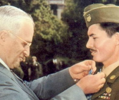 Prezydent Harry Truman dekoruje Medalem Honoru Desmonda Dossa, 1945 r.