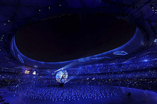 W ceremoni otwarcia oprócz reprezentacji sportowaców brało udział 10000 aktorów, którzy do tego występu przygotowywali się 3 lata