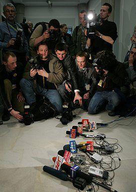 Pakt stabilizacyjny podpisany - dziennikarze obrażeni