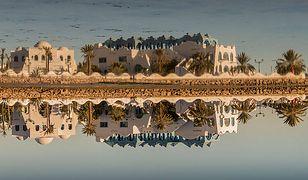 Odbicie budynków na Djerbie w tafli wody