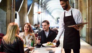 Zarobki w Polsce. Napiwki mogą obniżyć pensje kelnerów