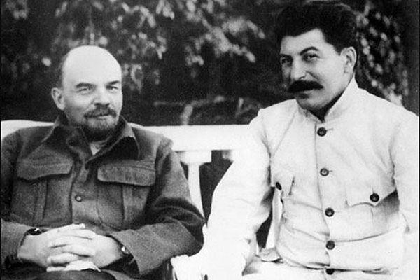 Włodzimierz Lenin z Józefem Stalinem w Gorki. Autentyczność tego zdjęcia do dziś budzi wątpliwości