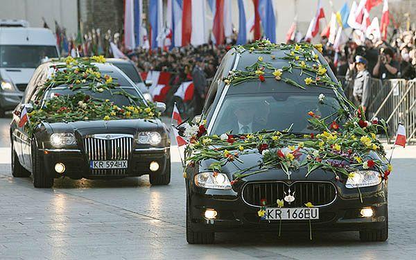 Trumny z ciałami prezydenta Lecha Kaczyńskiego i Marii Kaczyńskiej - zdjęcie archiwalne z 18 kwietnia 2010 r.