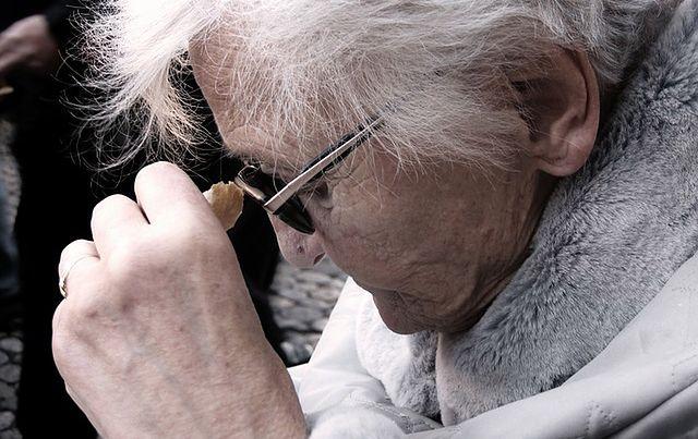 Na pokazach bardzo często produkty kupują osoby starsze. Za niebotyczne pieniądze dostają zupełnie zwykłe przedmioty
