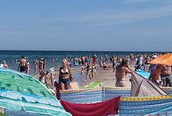 Wakacje 2020. Najwyższy wskaźnik zachorowań na COVID-19 w Polsce. Nad Bałtykiem tłumy