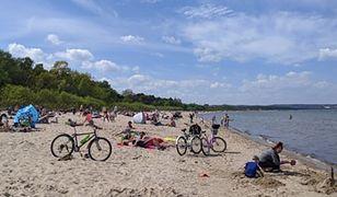 """Gdańsk. Tak wygląda sytuacja na plaży: """"Ściągają maseczki i piją piwo"""""""
