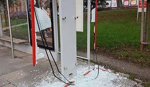 Rozbite szkło i uszkodzona konstrukcja. Wandale zniszczyli przystanek na Woli