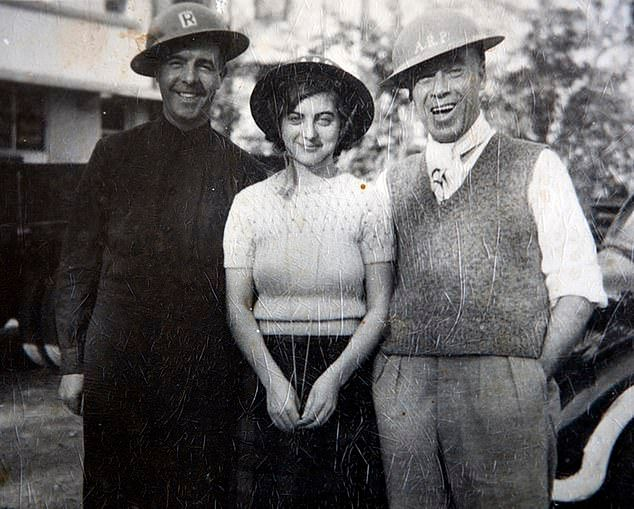 Barbara Redwood z brytyjskimi ochotnikami. Zdjęcie zrobiono w dniu kapitulacji wyspy