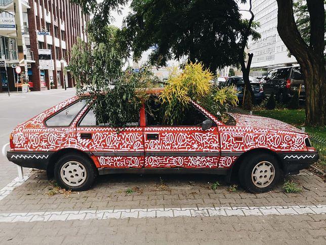 Porzucony Polonez w Poznaniu. Cały zarósł roślinami
