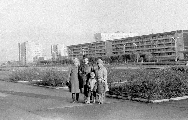Prypeć, marzec 1986. Od lewej: Nina i Wołodymyr z synem Oleksandrem i ich znajoma Natalia Lukjanenko z córką Julią