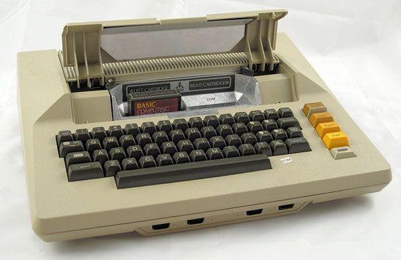 Atari 800 z otwartą pokrywą kartridźy.