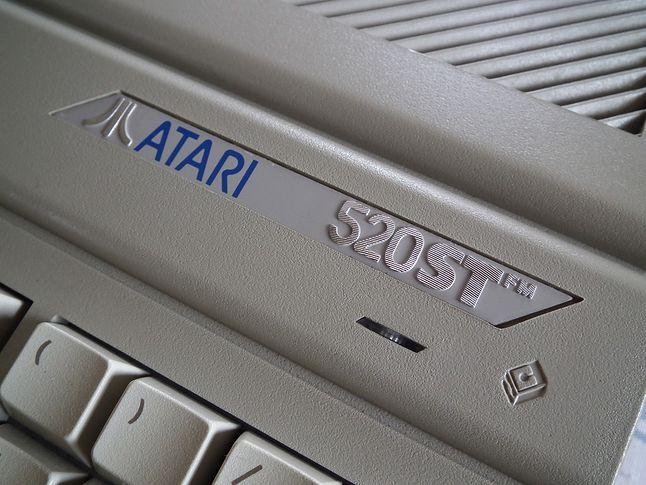 Atari 520STFM posiadało wbudowaną stację dysków 3.5 o pojemności 360 KB i modulator TV.