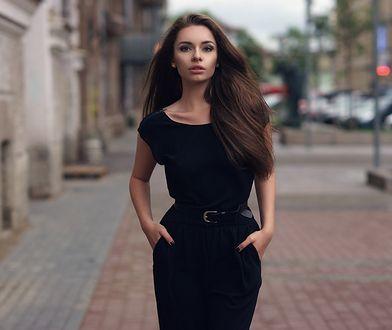 Skromna sukienka w czerni z paskiem od lat nie wychodzi z mody