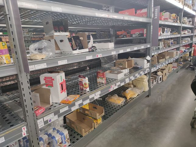 Dostaliśmy zdjęcia z warszawskiego Selgrosa. Zdaniem pracownika sklepu półki z makaronami i konserwami są wyjątkowo przetrzebione.