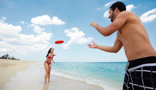 Frisbee to idealny pomysł na relaksującą rozrywkę na świeżym powietrzu.
