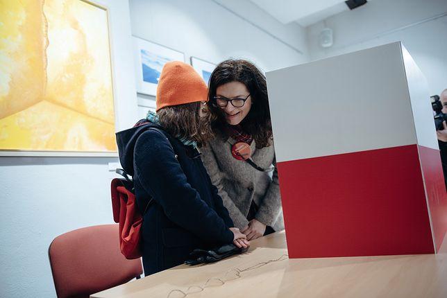 Aleksandra Dulkiewicz w towarzystwie córki głosuje w wyborach uzupełniających w Gdańsku.