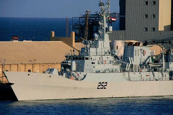 Fregata pakistańska w porcie w Sudanie