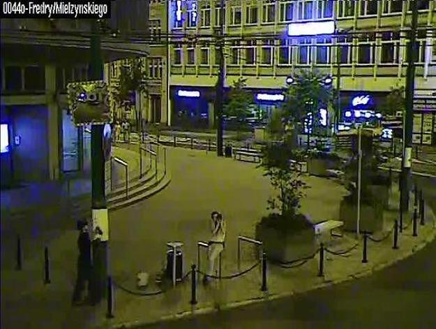 Ktoś celowo oblepił słupy w centrum Poznania plakatami z wulgarnym gestem