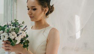 Skromnosć jest w cenie, dlatego wiele panien młodych wybiera proste sukienki zamiast wystawnych kreacji