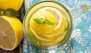 Picie ciepłej cytrynowej wody wieczorem pomoże oczyścić organizm, uzupełni niedobory witamin oraz składników mineralnych