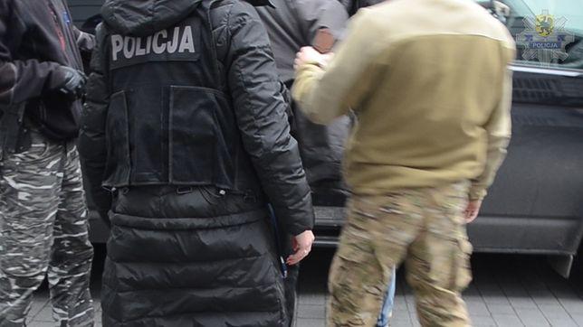 Podczas zatrzymania 54-latek miał przy sobie dwa wojskowe noże.