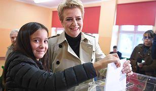 Zdanowska dzwoni do Sasina: Panie ministrze, ma pan u mnie dobre wino