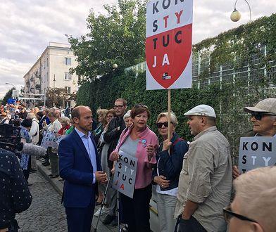 Połowa Polaków negatywnie ocenia działania PiS ws. Sądu Najwyższego. Prawie tyle samo popiera protesty