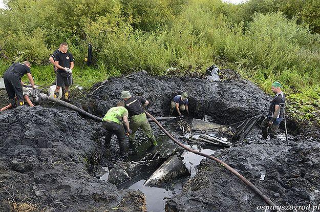 Strażacy wydobywają szczątki samolotu