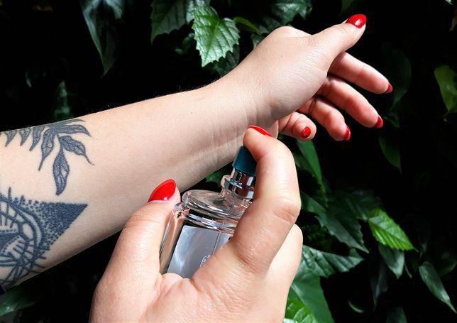 Co zrobić, żeby perfumy były trwalsze? Nie wcieraj ich w skórę
