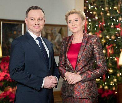 Para prezydencka składa świąteczne życzenia. Agata Duda zaszalała z garsonką!