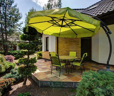 Elegancki parasol ochroni przed słońcem i jest ozdobą ogrodu