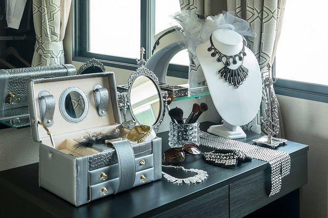 Biżuterię można trzymać na stojakach, w pojemnikach i w kuferkach