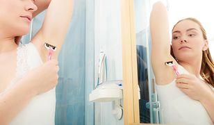 Jednorazowa maszynka do golenia to najpopularniejszy sposób na pozbycie się niechcianego owłosienia spod pach.
