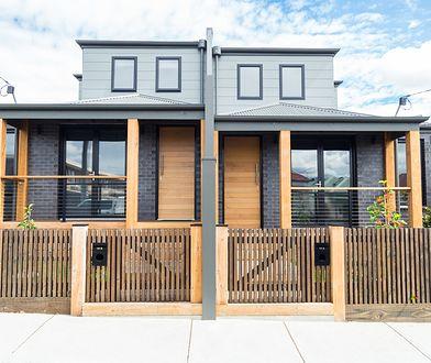 Każdy może ogrodzić swoją nieruchomość, jednak warto uzgodnić z sąsiadami wygląd ogrodzenia oraz zasady jego wspólnego utrzymania.