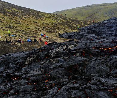 Turyści szturmują wulkan na Islandii. Niektórzy grillują kiełbaski nad lawą