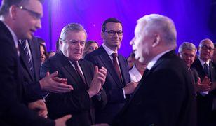 Wybory parlamentarne 2019. Zbigniew Ziobro wita się z Jarosławem Kaczyńskim. W tle Mateusz Morawiecki.