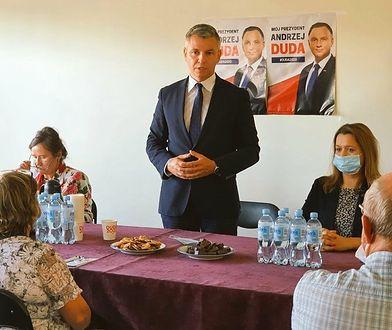 Elewacja biura posła PiS Przemysława Drabka została pokryta sprayem.