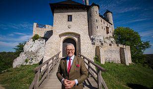 Senator Jarosław W. Lasecki na tle zamku, który zrewitalizował