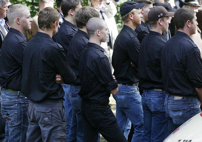 Młodzi austriaccy neonaziści na uroczystościach organizowanych przez weteranów II wojny światowej w 2008 roku