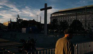 """""""Nie przychodźcie na Plac Zwycięstwa, bo zadepczą was jak w Meksyku"""" - ostrzegały służby. Niektórzy mogli oglądać tę msze z okien"""