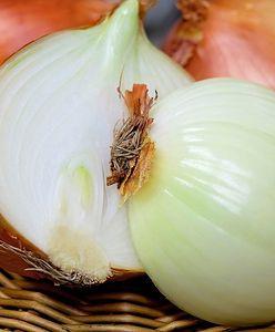 Wyrzucasz łupiny po cebuli? Błąd! One leczą