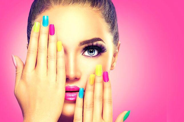 Matowe paznokcie w neonowych kolorach