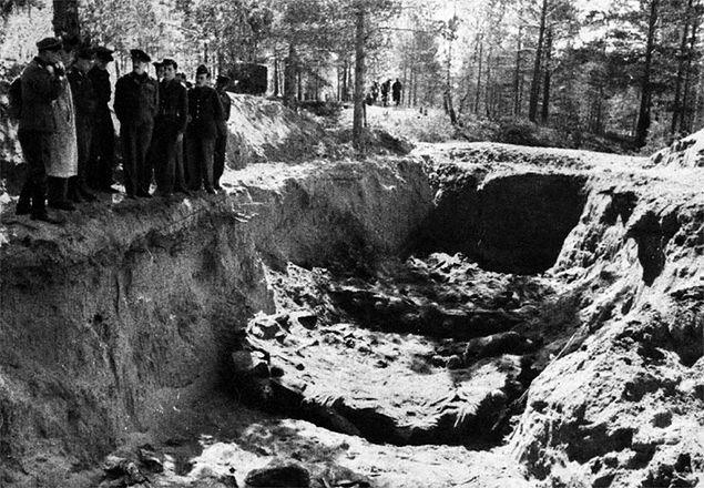 Ekshumacja ciał polskich jeńców zamordowanych w Katyniu. Fotografia z 1943 r.