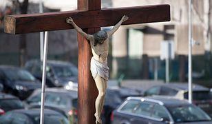 """Nietypowa """"opłata"""" za parkowanie przed kościołem"""". Zdjęcie obiegło sieć"""